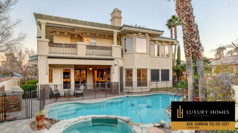 pool at Country Club Hills Home for Sale, 2053 Glenview Dr