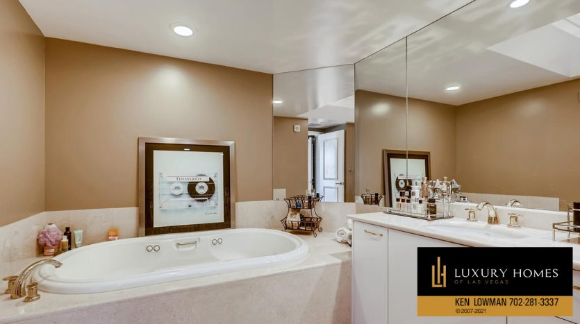 bath tub at Turnberry Place Home for Sale, 2747 Paradise Rd #1606