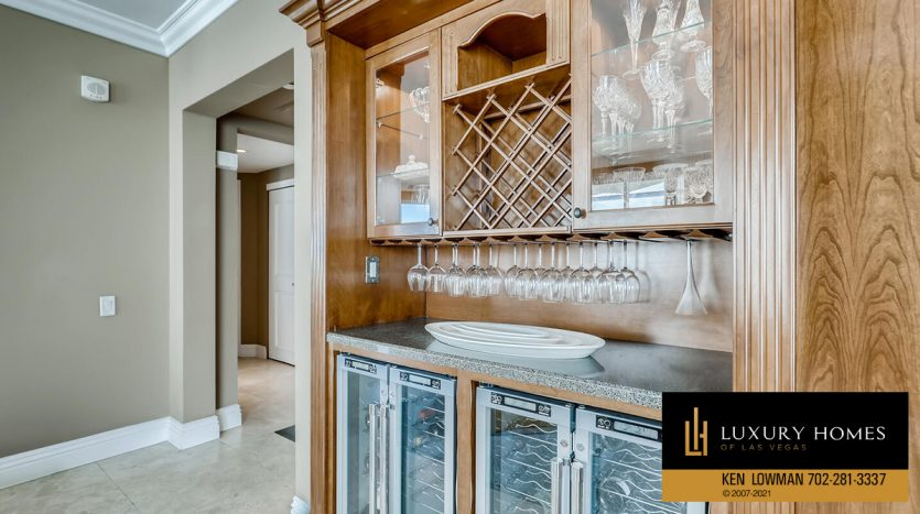 bar facility at Turnberry Place Home for Sale, 2747 Paradise Rd #1606