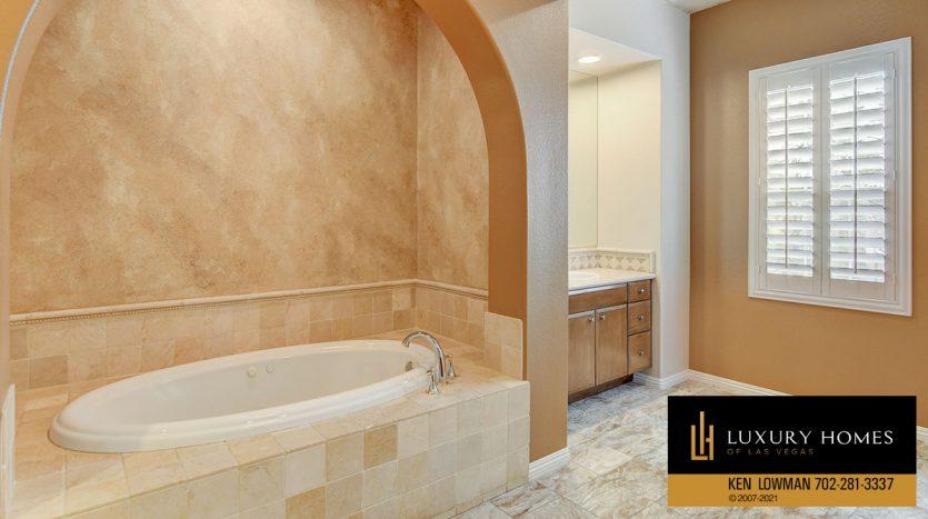bath tub at Canyon Fairways Home for Sale, 9509 Balatta Canyon Ct