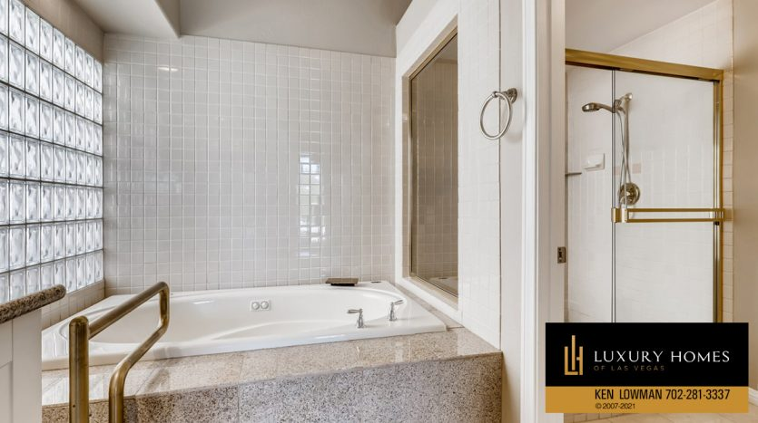 bath tub at Canyon Gate Country Club Home for Sale, 8912 Rainbow Ridge Dr